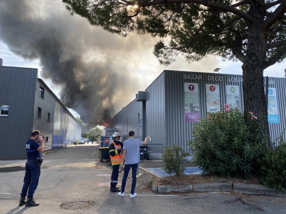 Un incendie s'est déclaré ce samedi matin peu après 10 heures dans la zone commerciale des Tourrades située à la limite de Cannes et Mandelieu.