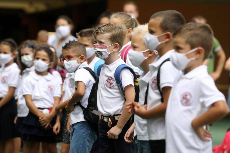 Blanc, bleu, avec des Mickey ou des pandas, les masques semblent avoir intégré sans difficulté la panoplie des enfants, déjà habitués à l'uniforme depuis l'année dernière.