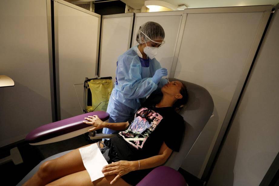 Deux boxes permettent au personnel soignant de procéder à des tests PCR pour dépister les patients orientés vers l'espace Léo-Ferré.