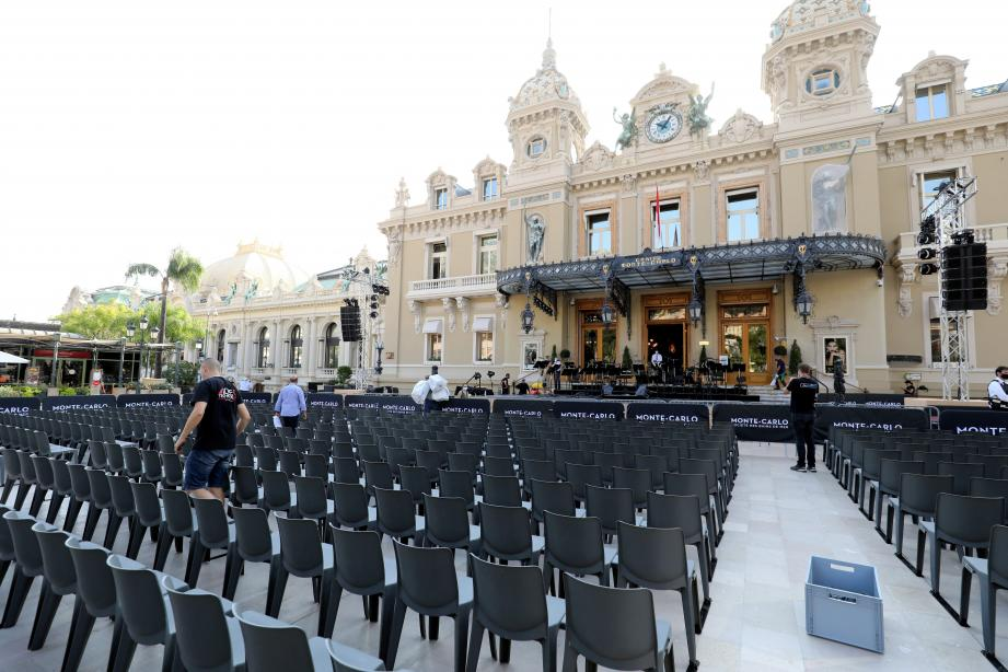 La place du Casino, transformée depuis mercredi en théâtre à ciel ouvert pour accueillir 250 privilégiés