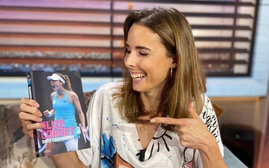 Alizé Cornet présente son livre sur le plateau de Bein Sports.