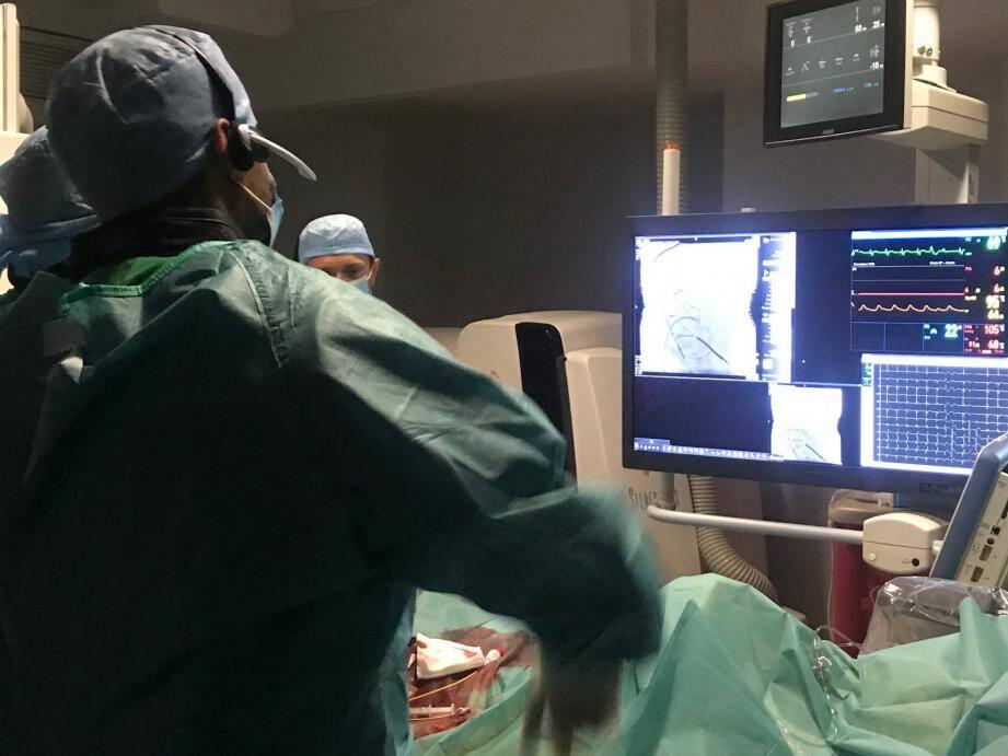 Une fois implanté (ci-dessus, l'intervention), le capteur envoie des mesures de pression à une unité patient. Le patient ne ressent ni douleur, ni sensations lors de ces transmissions.