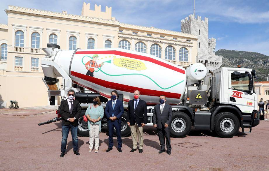 Le prince Albert II a découvert vendredi dernier ce camion-toupie qui bascule en e-Drive à son arrivée sur le chantier.