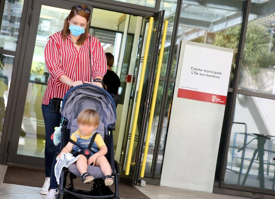 Un seul parent peut pénétrer dans la crèche et le masque est obligatoire pour tous les adultes.