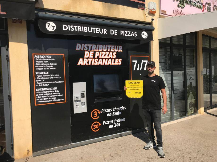Grégory Galligani, manager du restaurant Univers Pizza, pose devant la machine mise en service au début de l'été.