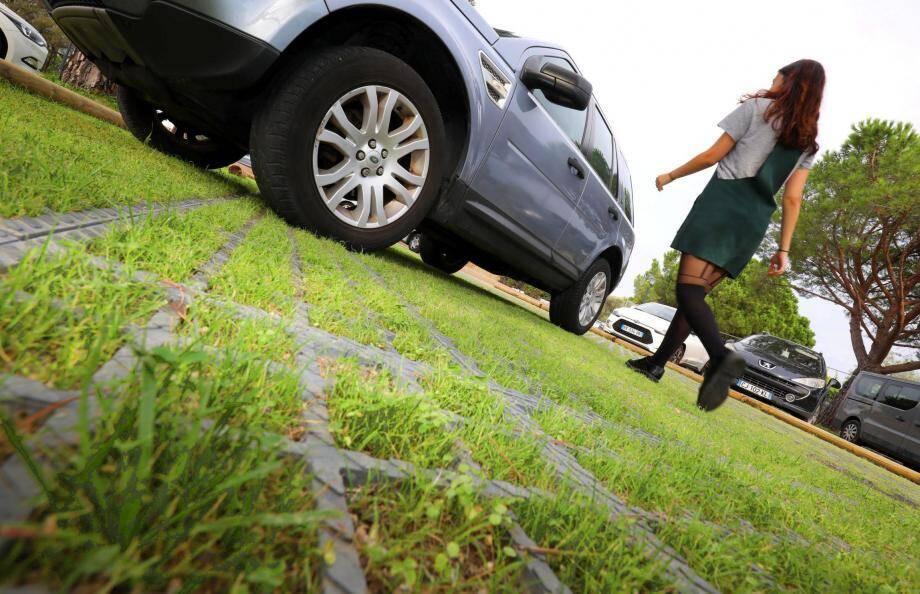 L'éco-parking draîne les ruissellements d'eau de pluie et lutte contre la pollution. Il est la première étape d'un mail piétonnier reliant le Pôle Enfance et la Villa Marie.