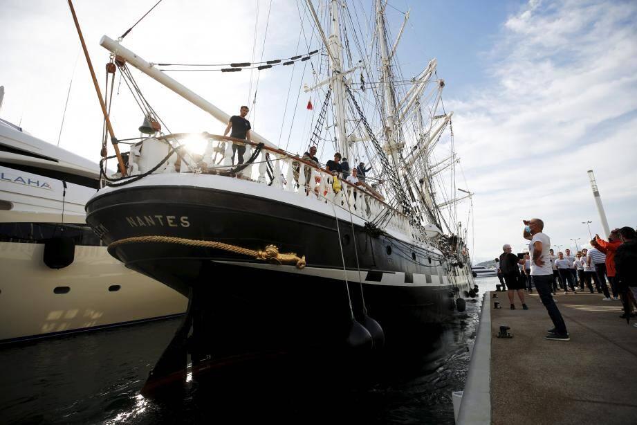 17 heures, hier. Le Belem accoste au port Canto, à la Pointe Croisette, accueilli par les chants de la chorale de l'Hydro et un grand soleil retrouvé.