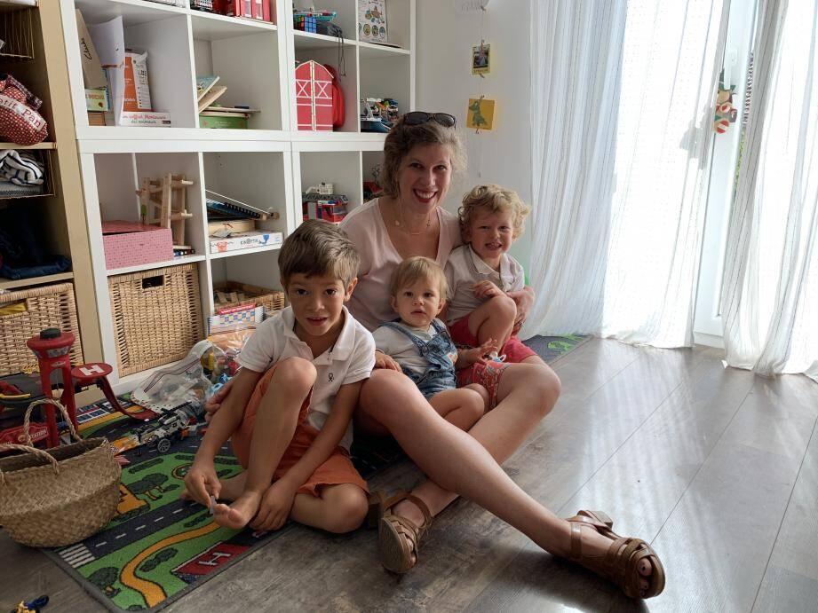 Clotilde, avec ses fils Gaston, Basile et Stanislas (de gauche à droite), espère qu'après deux ou trois ans de méthode « intensive, individuelle et interactive », son cadet pourra retrouver le chemin de l'école.