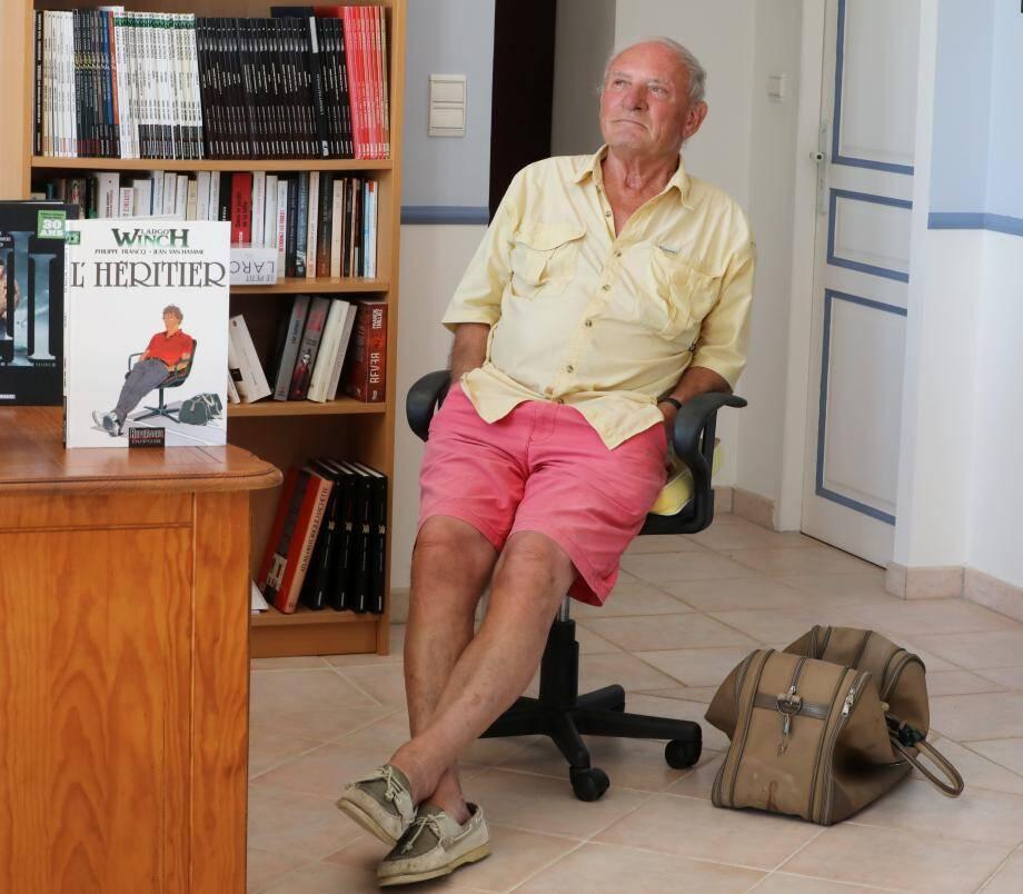 Dans sa «chambre-bureau» de Sainte-Maxime, l'auteur prend la pose façon Largo Winch, son héros créé en 1990, qui sera au centre d'une grande exposition parisienne du 17 octobre au 12 février 2021 à la Cité de l'Economie
