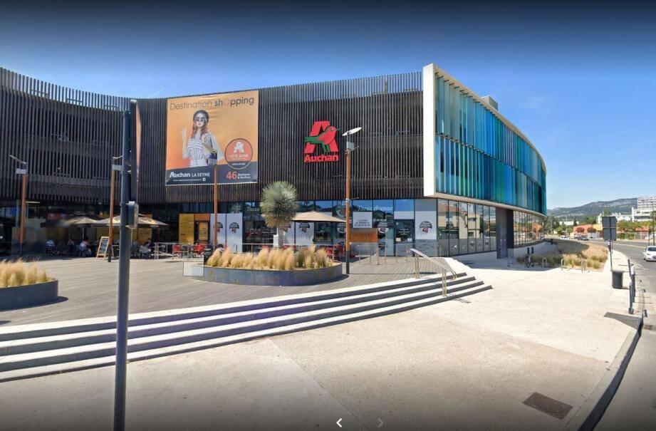 """Le prévenu avait suivi un jeune seynois jusque dans un """"Tacos"""" du centre commercial Auchan."""