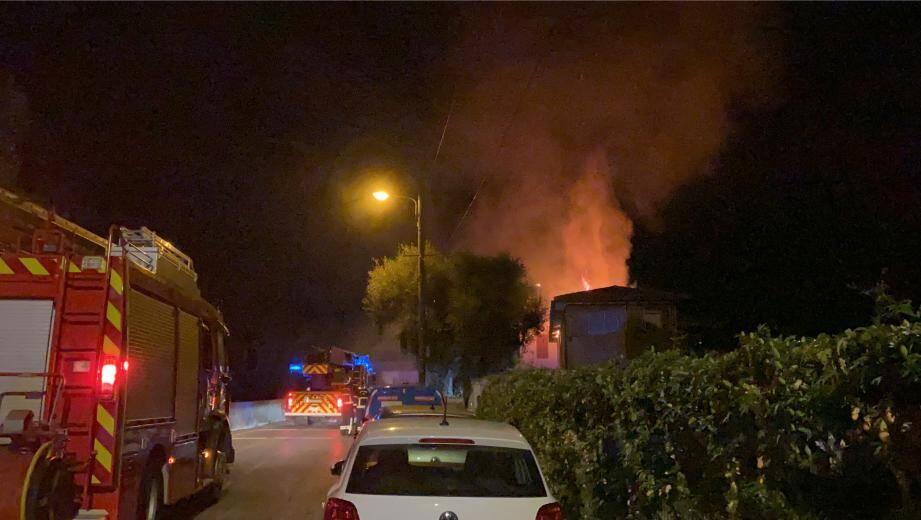 Peu avant 1 heure cette nuit, les sapeurs-pompiers ont été alertés pour un feu d'habitation au 246 route de Bellet, commune de Nice.