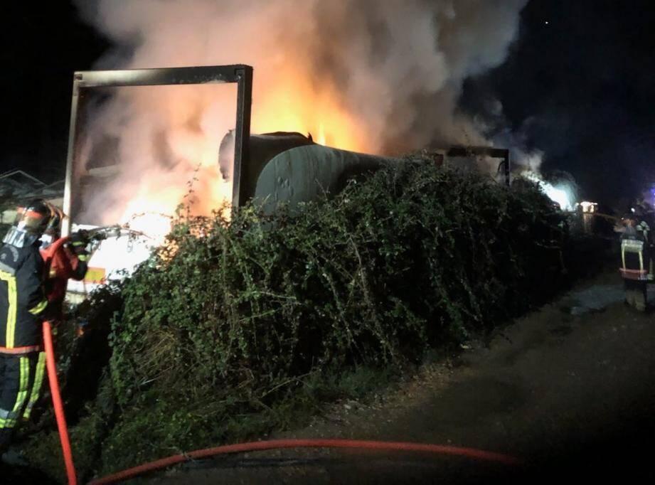 La propagation du feu vers le hangar a pu être stoppée par les importants moyens mis en place par les sapeurs-pompiers, permettant d'éviter l'embrasement du hangar contenant également des bateaux.