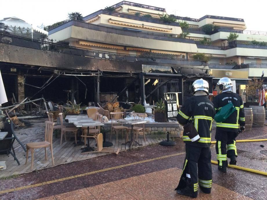 Les pompiers ont fait face à un feu de restaurants généralisé avec une propagation aux restaurants à proximité. Les établissements concernés sont Le Tandem, Chez Max et l'Uniq' Lounge.