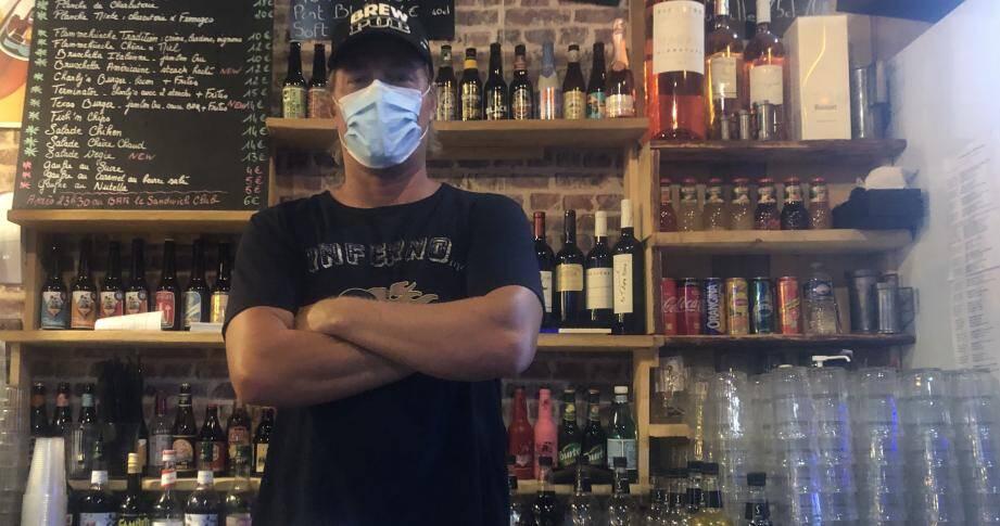 Charles, patron du bar le Brew pub à Hyères.