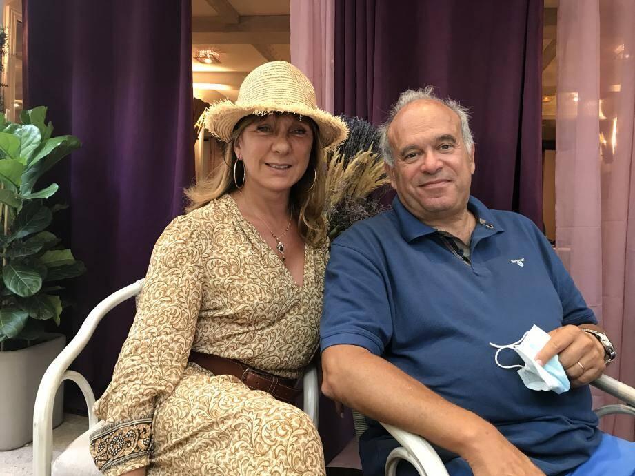 L'éminent cancérologue parraine demain soir à Saint-Tropez, un grand repas caritatif pour l'association Help For Hope, à l'Auberge des Maures chez son amie, Evelyn Bouchet.