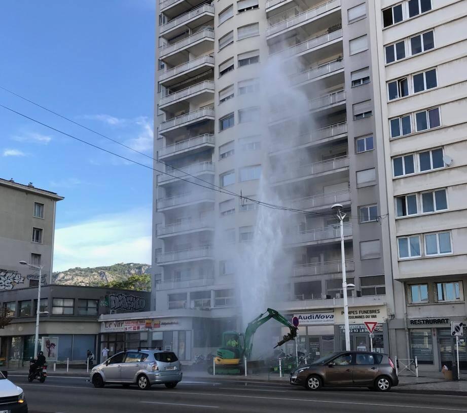 Un geyser impressionnant sur le boulevard Clémenceau.