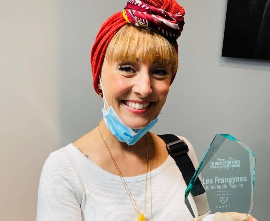 """Julie Meunier, fondatrice des Franjynes, tout sourire à la remise des trophées de """"10000 startups pour changer le monde""""."""