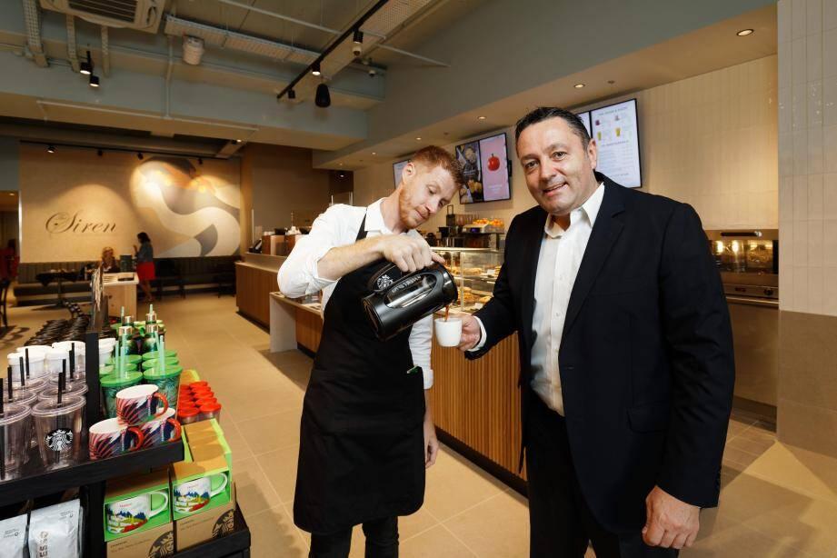 Toute l'équipe du nouveau Starbucks café de L'Avenue 83 à La Valette est en place prête à accueillir les clients. Le directeur général national Christian Gurria est venu assister en personne à l'inauguration, la veille de l'ouverture.