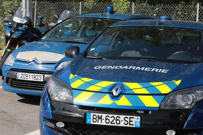 Des voitures de gendarmerie.