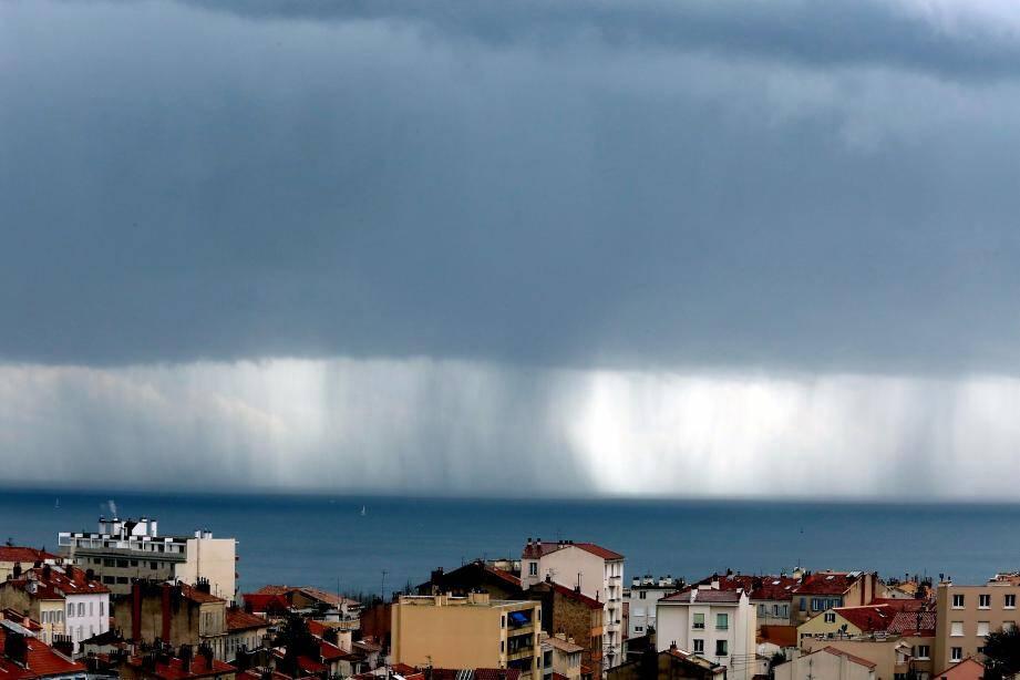 Rideau de pluie à l'horizon.