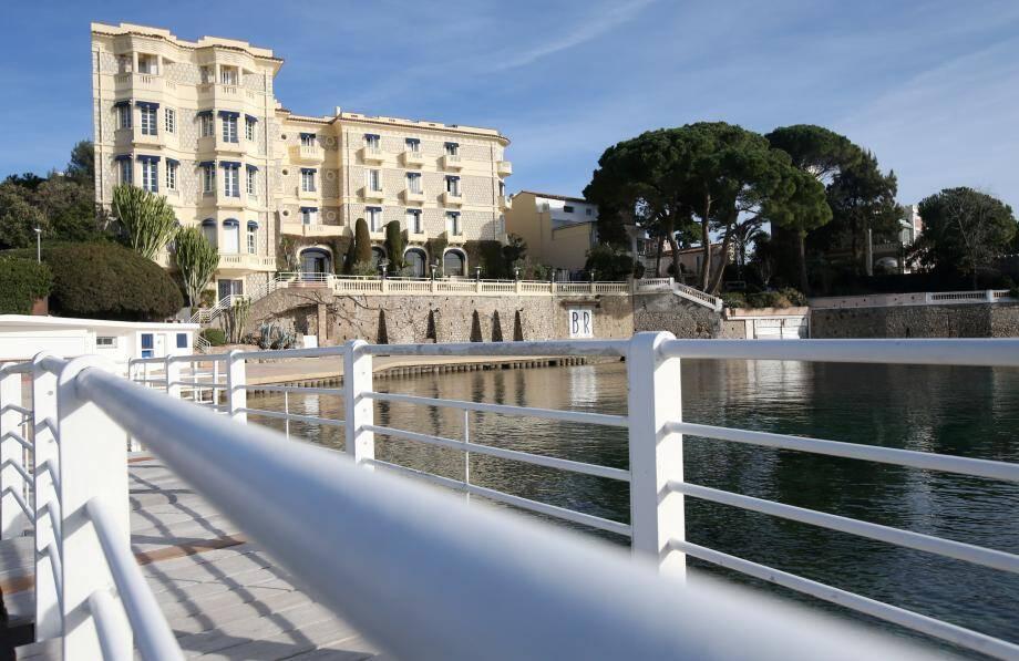 Le Belles-Rives, établissement de luxe de Juan-les-Pins, accueille l'exposition.