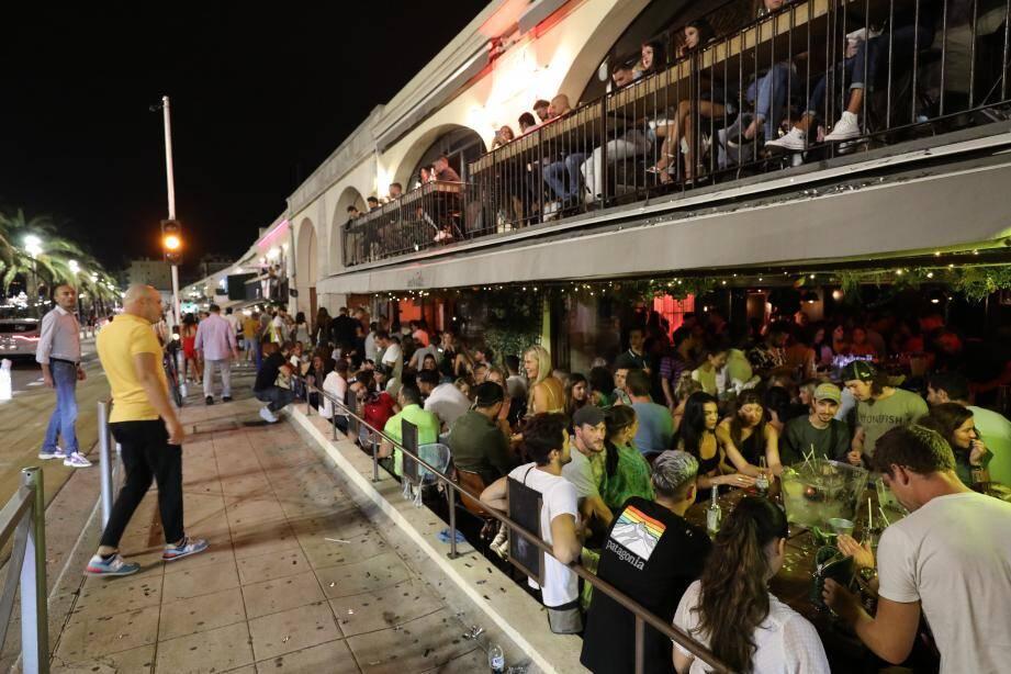 À Nice, les bars doivent fermer à partir de 22h.