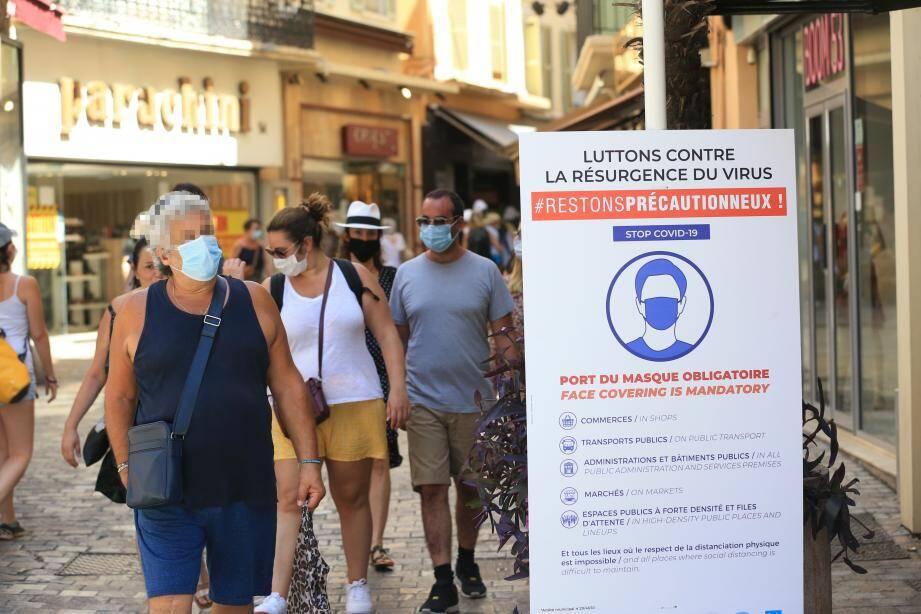 Pour éviter une plus grande propagation du virus, les autorités imposent le port du masque dans de nombreuses villes.