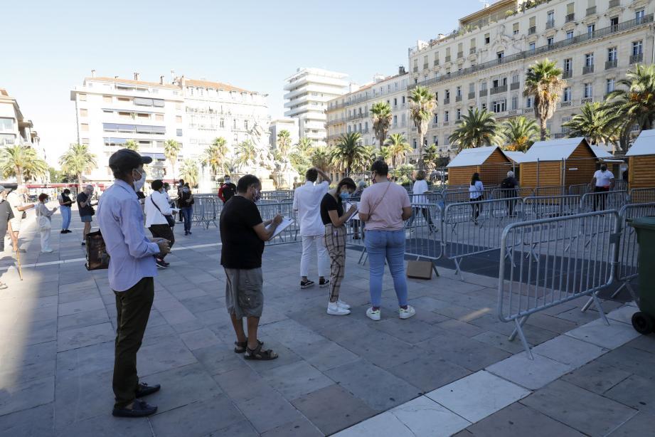 Dépistage du coronavirus, place de la Liberté à Toulon.