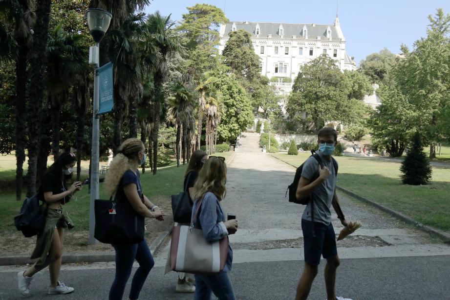 Des étudiants sur le campus Valrose de l'université Côte d'Azur, à Nice, le 18 septembre.
