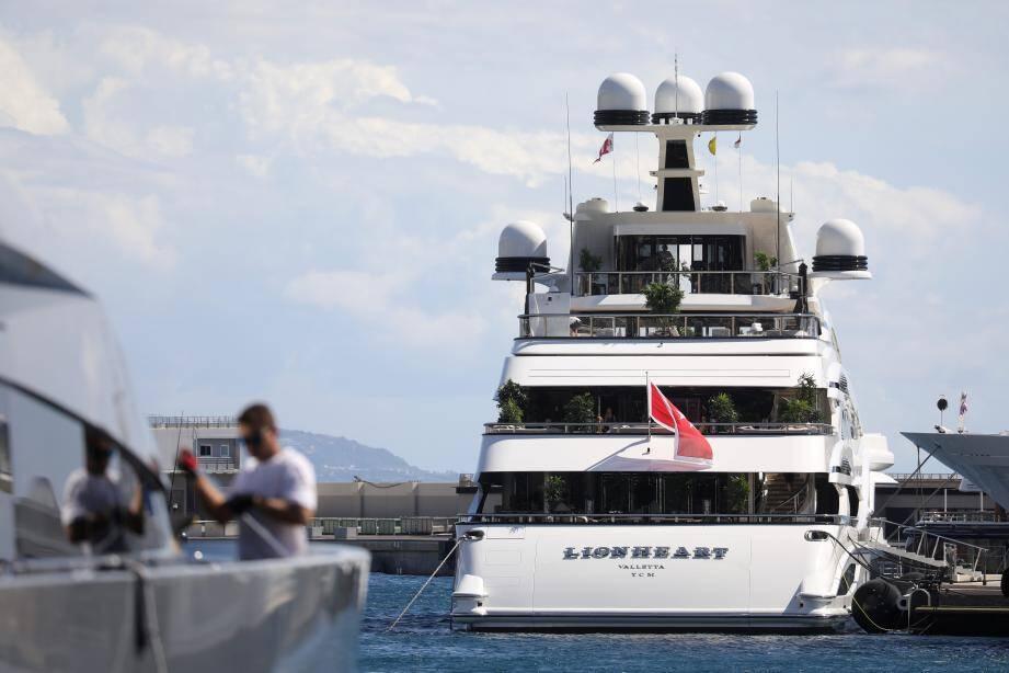 Sur ce yacht de 90 mètres, appartenant à la femme d'affaires anglaise et milliardaire Lady Tina Green, deux cas positifs ont été enregistrés parmi les membres d'équipage.