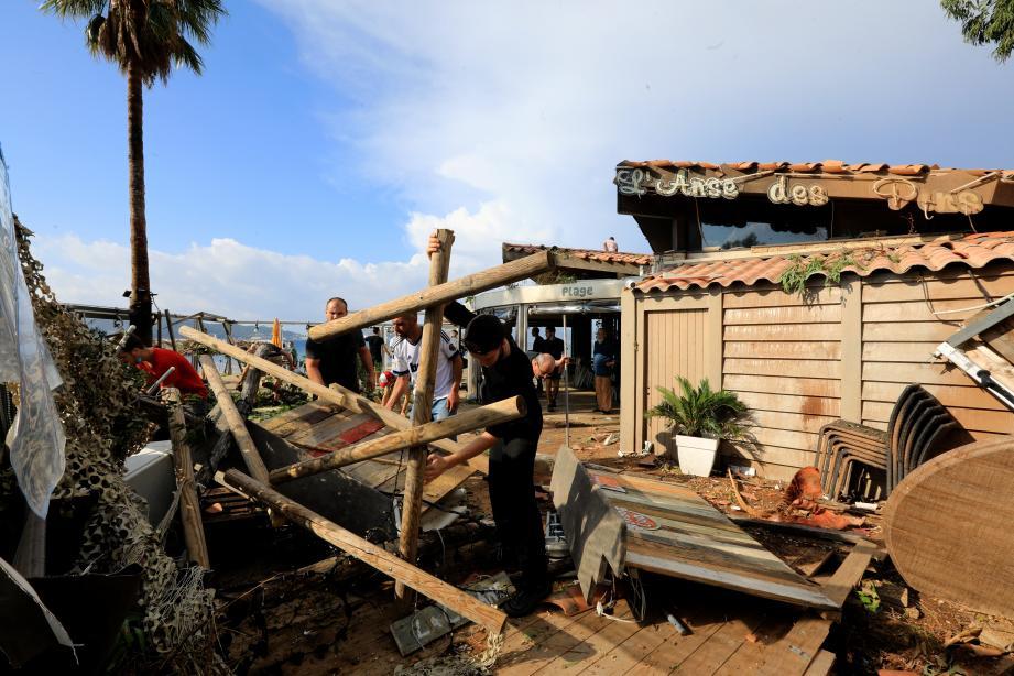 La terrasse du restaurant L'Anse des Pins complètement dévasté par la tornade qui s'est abattu la nuit dernière.
