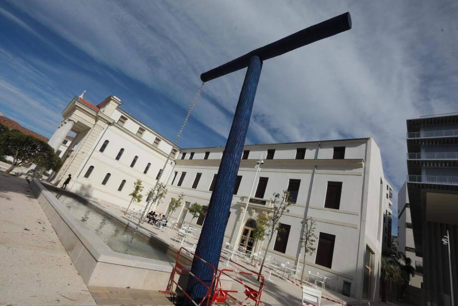 Une nouvelle sculpture devant la médiathèque de Toulon.
