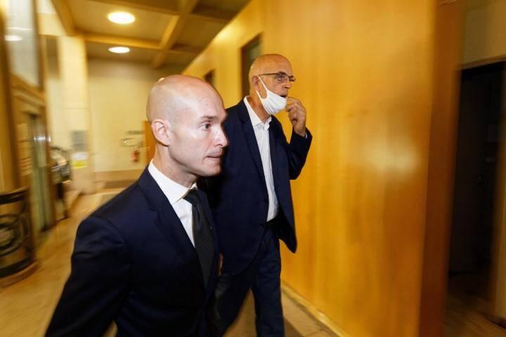 Le maire de Sanary Ferdinand Bernhard, assisté de son avocat Me Julien Spinelli.