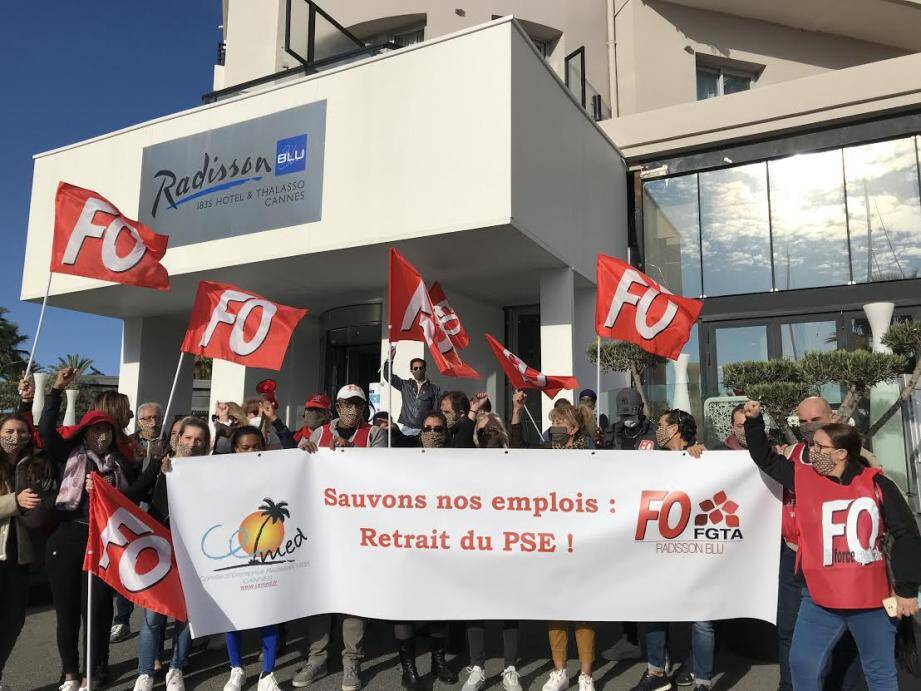 Ce jeudi matin, une trentaine d'employés manifestent leur inquiétude devant le Radisson Blu à Cannes.