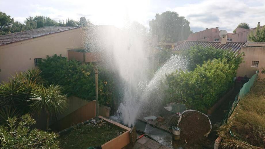 Le feu a fait fondre une canalisation d'eau.