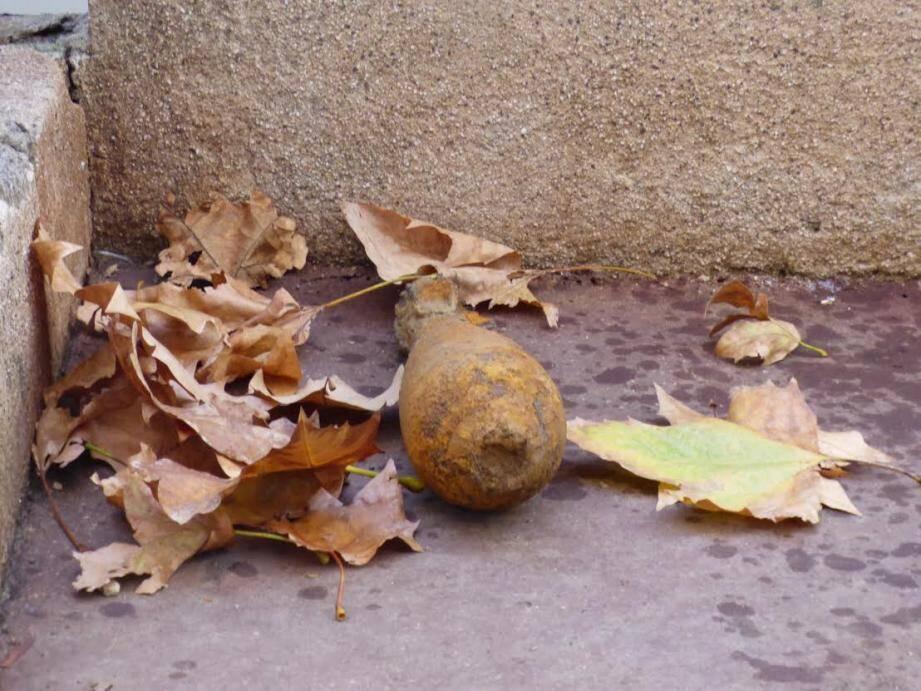 L'obus mesure une quinzaine de centimètres.