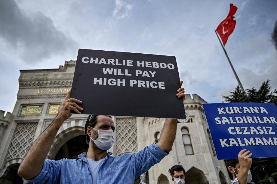 Des manifestants dans les rues d'Istanbul, protestant contre les caricatures de Mahomet publiées dans Charlie Hebdo.