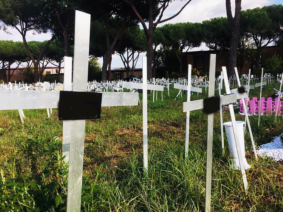 Dans le cimetière de Flaminio à Rome, ces croix portent les noms de femmes ayant avorté. Les fœtus ont été enterrés à leur insu, leurs noms apposés sans leur accord.