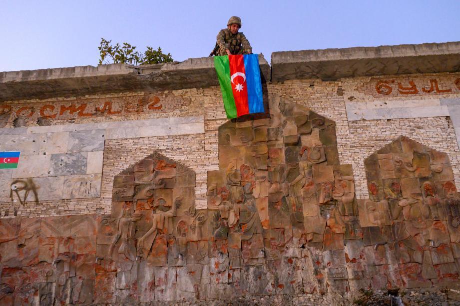 Un soldat déplie le drapeau de l'Azerbaïdjan dans la ville de Jabrayil, dans la région de Nagorno-Karabakha
