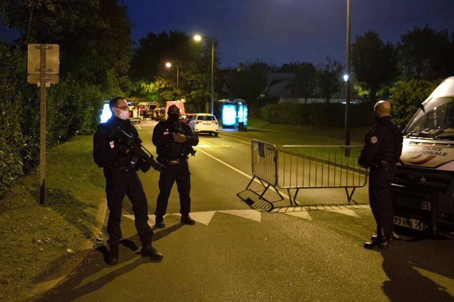 Des policier à Eragny ce vendredi soir, commune dans laquelle l'agresseur du professeur a été abattu.