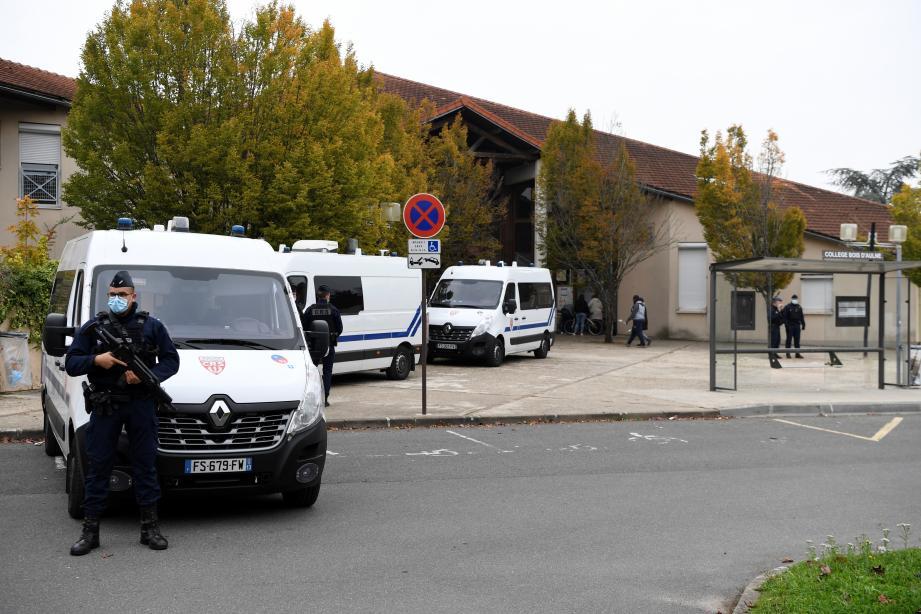 Des CRS postés devant le collège de Conflans-Sainte-Honorine, où enseignait Samuel Paty, le professeur décapité ce vendredi.