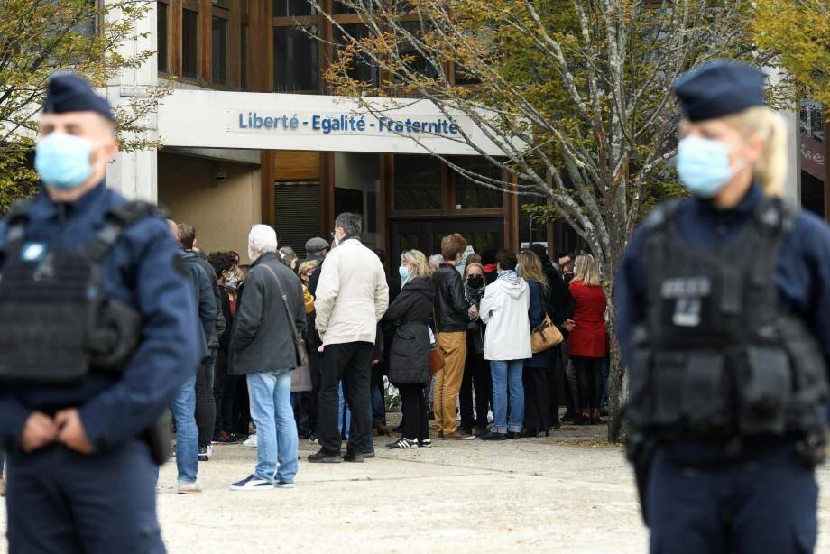 Des policiers devant l'entrée du collège de Conflans Saint-Honorine où enseignait le professeur d'histoire-géographie décapité dans la rue dans un attentat terroriste.