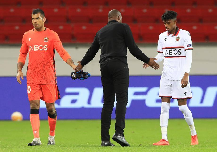 Patrick Vieira entouré de Walter Benitez et Robson Bambu.