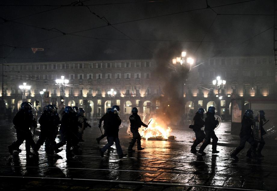 La population italienne proteste violemment contre les nouvelles mesures qui lui sont imposées.