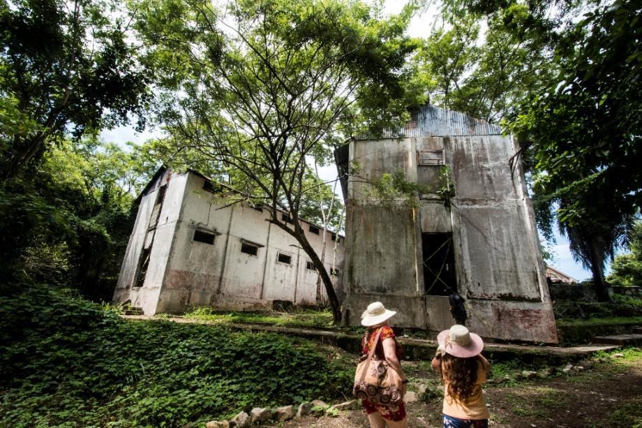 Des touristes visitent la prison désaffectée de l'île de San Lucas, au Costa Rica, le 26 septembre 2020