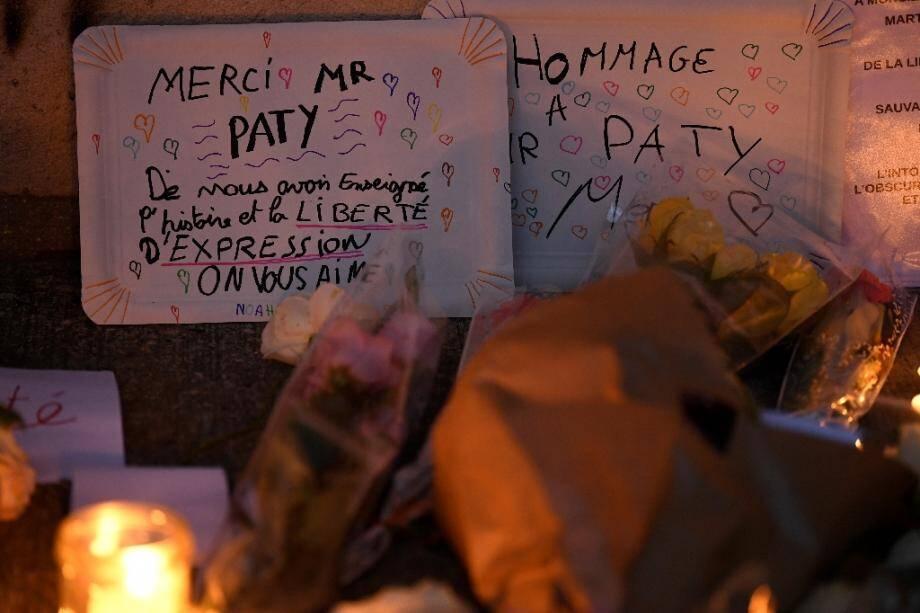Une pancarte en hommage à l'enseignant assassiné Samuel Paty devant le collège où il travaillait à Conflans-Sainte-Honorine, le 17 octobre 2020