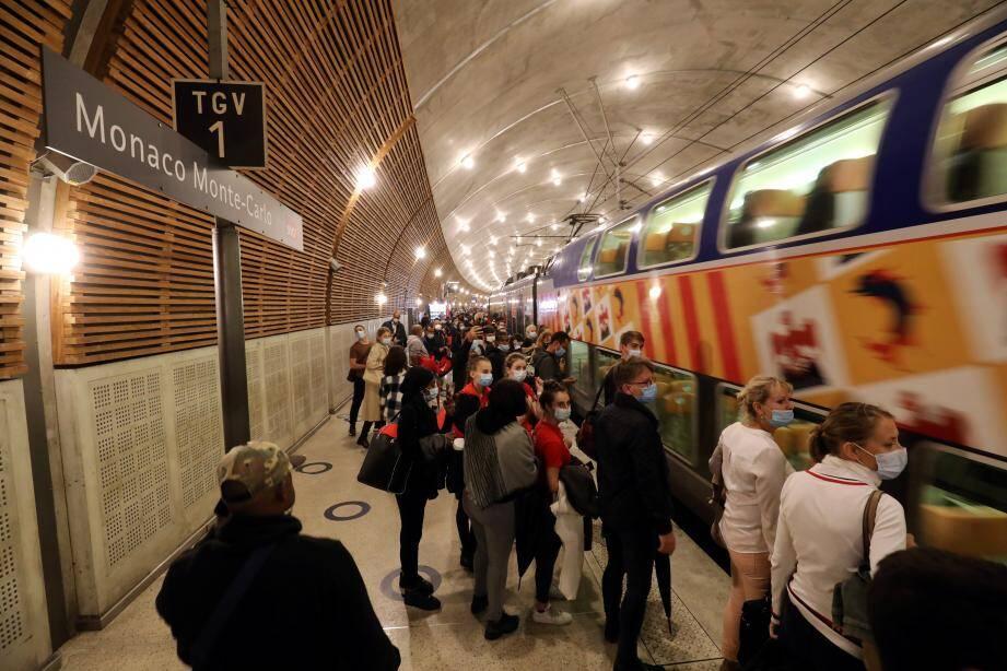 Il y a rarement eu autant de monde sur le quai de la gare de Monaco – Monte-Carlo à midi...