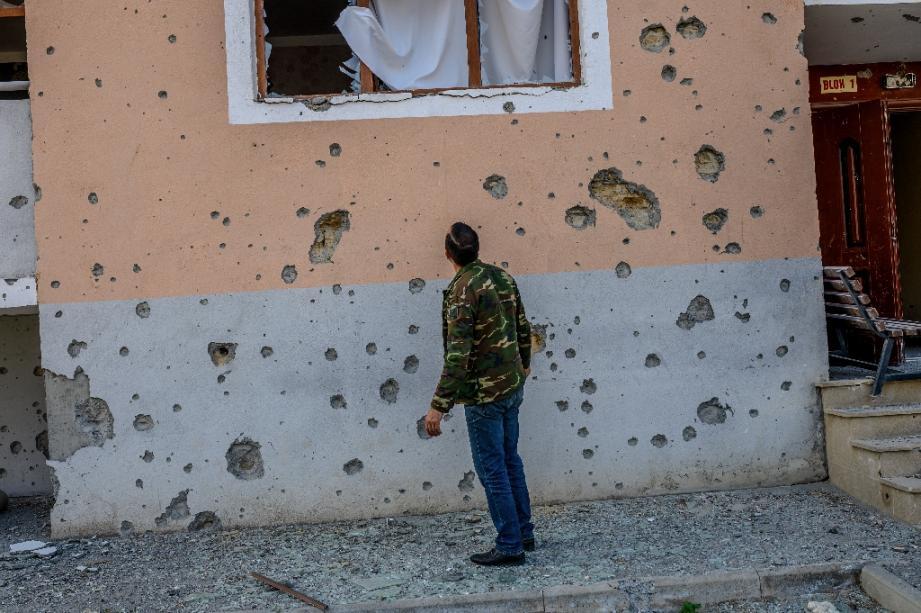 Un habitant devant sa maison endommagée par des bombardements, le 18 octobre 2020 à Terter, en Azerbaïdjan