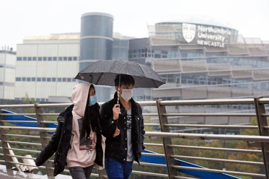 Un couple près de l'université Northumbria à Newcastle-upon-Tyne, (nord-est de l'Angleterre), le 3 octobre 2020