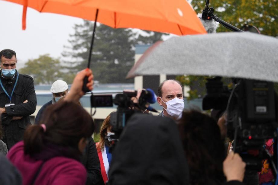 Le Premier ministre Jean Castex répond à des journalistes lors d'un déplacement dans un centre Emmaüs, à Epinay-sur-Orge, le 24 octobre 2020